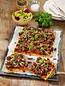 Pfannkuchen-Pizza mit Rinderhack, Tomaten und Pecorino