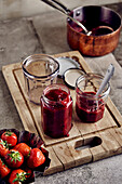 Fill rhubarb-strawberry jam into glasses