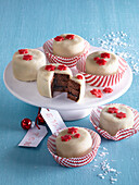 Small gingerbread cakes with marchpane