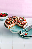 Yoghurt-strawberry cake with biscuit base