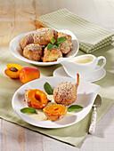 Gebackene Aprikosenküchlein mit Salbei und Vanillesauce