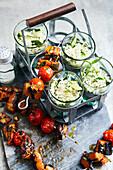 Chili-Auberginen-Spieße mit Gurken-Reissalat
