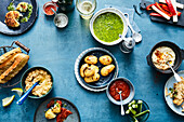 Snacks mit Taramasalata-Dip, Smoky Mandel-Dip, Ketchup und Salmoriglio-Sauce