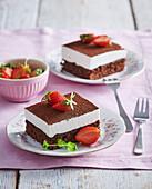 Schokoladenschnitten mit Sahnecreme und Erdbeeren