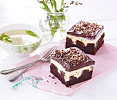 Bicolour pudding slices