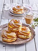 Small wreaths from choux pastry with peaches