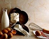 Zutaten-Stillleben mit Milch, Mehl und Eiern und Backutensilien