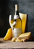 Comté-Stücke mit Weisswein in der Flasche und im Glas
