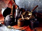 Vintage-Kaffeestillleben: Geschirr, Kaffeemühle, Kaffeebohnen und -pulver