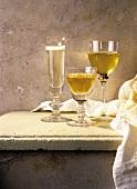 Zwei Gläser mit Weisswein und ein Glas mit Sekt