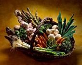 Ein Korb mit frischem Gemüse
