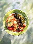 Salat mit Riesengarnelen, Zucchini, Artischockenböden, Tomaten und Paprika