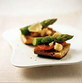 Crostini with tomatoes and asparagus