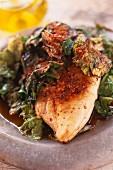 Würzige Hähnchenbrust mit gedünstetem Salat und Sojasauce