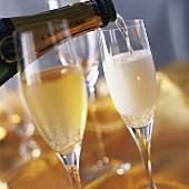 Champagner einschenken