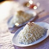 Gekochter weisser Reis mit Safranfäden