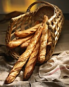 Weidenkorb mit Baguettes