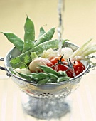 Frische Gemüse wird in Küchensieb gewaschen