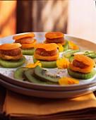 Gefüllte getrocknete Aprikosen mit Kiwi und gerösteten Kokosraspeln