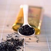 Tee auf einem Löffel und Bambusmatte
