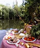 Gedeckter Picknick-Tisch am See