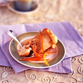 Baba au Rhum (in Rum getränkter Napfkuchen, Frankreich) mit kandierten Orangenzesten