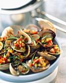 Muscheln mit Gemüse und Speck