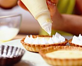 Step by step: lemon meringue tartlets - adding the creme