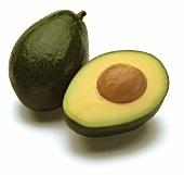 Ganze und halbierte Avocado