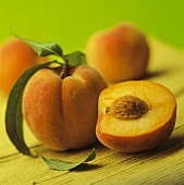 Ganzer und halbierter Pfirsich