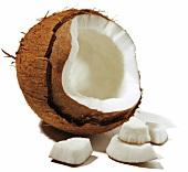 Aufgebrochene Kokosnuss mit Fruchtfleisch