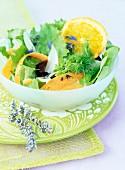 Knackiger Salat mit Möhre, Orange, Lavendel und Mohn