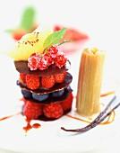 Mille-feuille aus Beeren und Schokolade mit Rhabarber