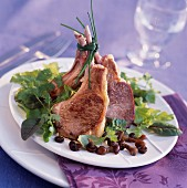 Lammkoteletts mit Pilzen und Salatgarnitur
