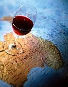 Eine Landkarte mit einem Glas Rotwein das auf Australien steht
