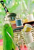 Geschirrspülen: Spülmittel, Geschirr und Seifenblasen
