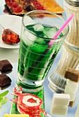 Symbolbild Zucker: Zuckerhaltiges Getränk, Zucker und verschiedene Süssigkeiten