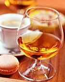 Eine Tasse Kaffee mit Macaron und Digestif