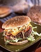 Hamburger mit Cheddar und Zwiebeln
