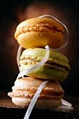 Drei pastellfarbene Macarons, aufeinander gestapelt
