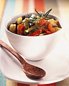 Ratatouille niçoise (Gemüsegericht mit Auberginen, Paprika, Zucchini und Tomaten, Südfrankreich)