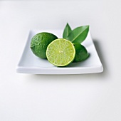 Limetten auf weißem Teller
