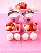 Kokos-Marshmallows, Litschi-Himbeer-Salat mit Rosenwasser und Erdbeer-Mandelsirup-Lassi