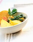 Salat mit Ananas, Polenta und grünen Bohnen