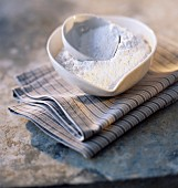 Schüsseln mit Reismehl auf Geschirrtuch