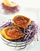 Seeigel-Biskuit mit Garnelensauce auf Knuspernest aus violetten Kartoffeln