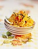 Indischer Gewürz-Reis auf Tellerstapel