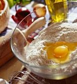 Schüssel mit Mehl und Ei, Backutensilien