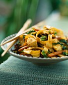 Noodles sautéed with chicken, vegetables and black mushrooms