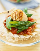 Scallops with peas with their pods and crushed tomatoes